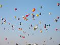 空一杯に広がる気球